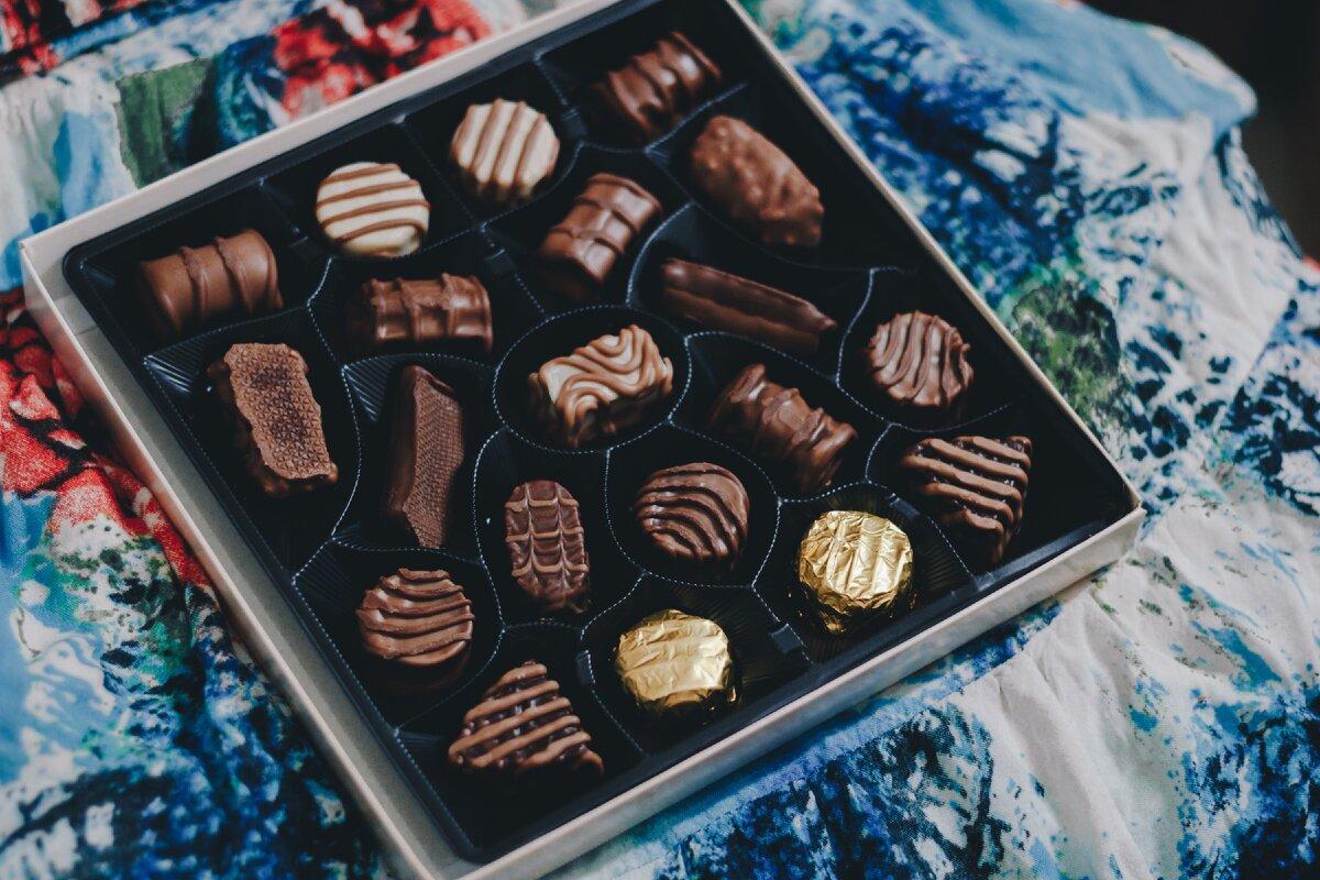Коробка с шоколадными конфетами. Фото — Monique Carrati