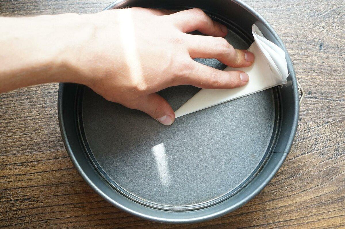 Как вырезать бумагу для дна формы. Фото — andychef